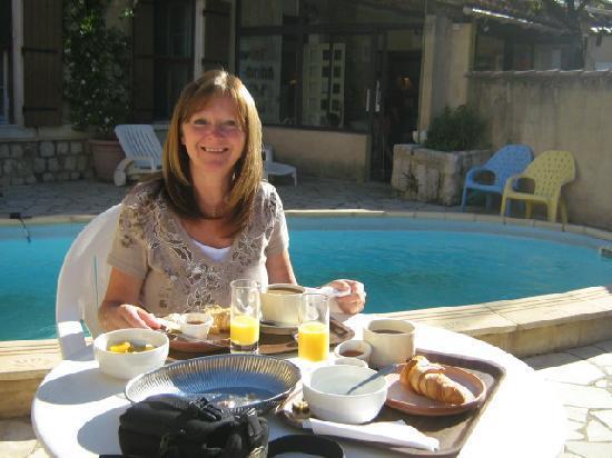 L' Auberge Rognonaise : petit déjeuner au bord de la piscine