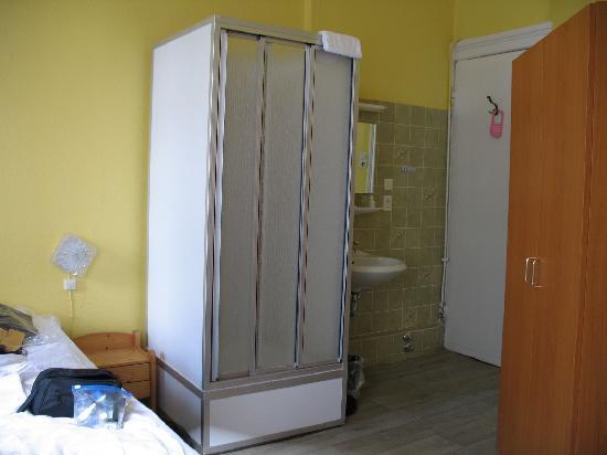 Hotel Kieler Hof: Shower w/in the room