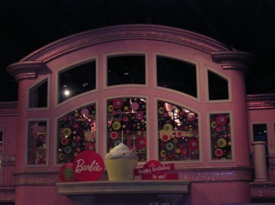 Toys 'R' Us Times Square: giant barbie house!!