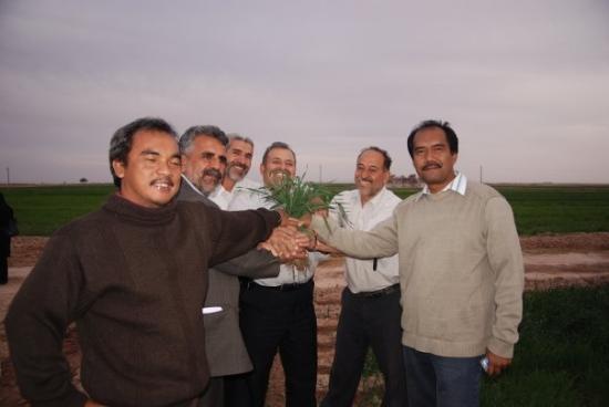 Garmsar, Irã: Di provinsi Gamsar Iran, bersama Indra Lubis. Petani berbesar hati karena berhasil melakukan kon