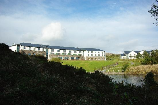 Sneem Hotel: The outside of the Hotel