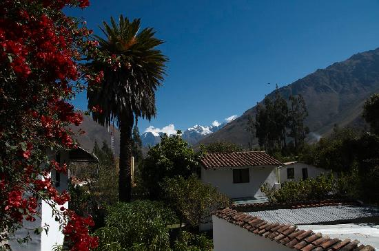 El Albergue Ollantaytambo: El Albergue, with its signature palm tree, and Veronica Glacier in the background