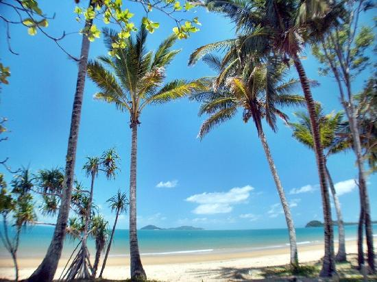 Rainforest Apartments: Easy 2 minute walk to 14km of gorgeous sandy beaches opposite Dunk Island