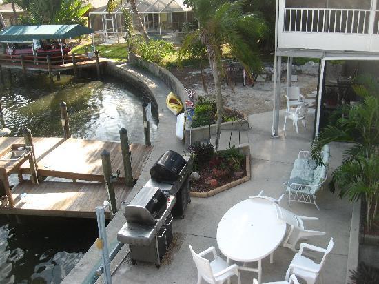 Dolphin Inn: grills, bikes, kayaks...