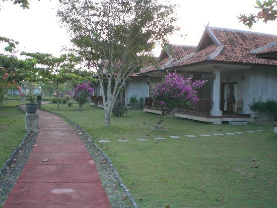 Lorin Hotel & Resort: Pathway to cottages