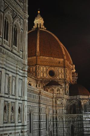 هوتل بيجالو: View of the Duomo at night from the lobby