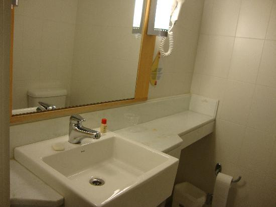 Hotel Ibis Buenos Aires Obelisco: sink,hairdyer bathroom