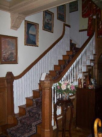 Wilson House Bed and Breakfast: Front Stairway