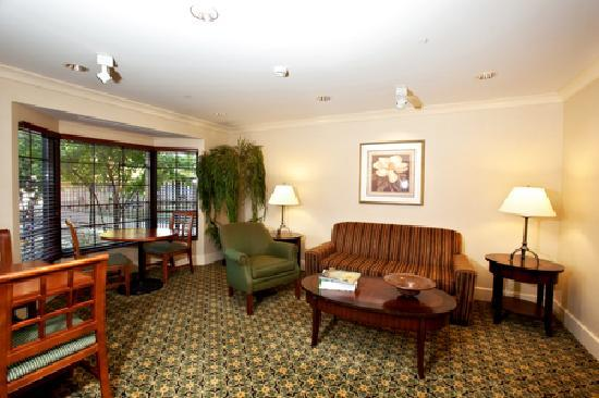 Staybridge Suites Indianapolis-Airport: Relax with a good book in the Library.