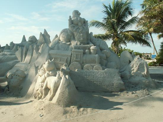 Tradewinds Beach Resort: downtown sand art