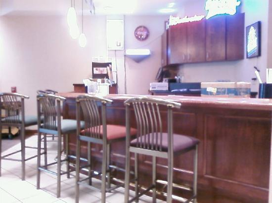 DoubleTree Club by Hilton Hotel Buffalo Downtown: Bar Area at back of Hotel Restaurant