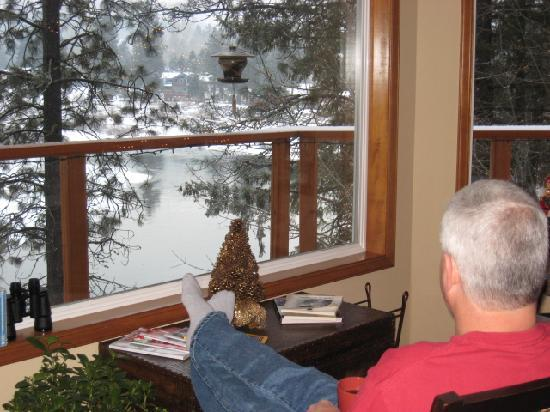 All Seasons River Inn: Having morning coffee looking out bay window in living room