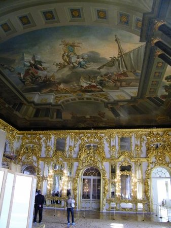 Pushkin, Rosja: Ceiling paintings and gold gilded trim inside one room of the palace.
