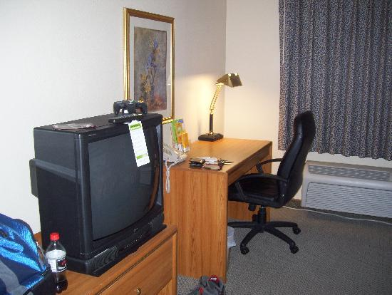 La Quinta Inn & Suites Plattsburgh: TV and work station