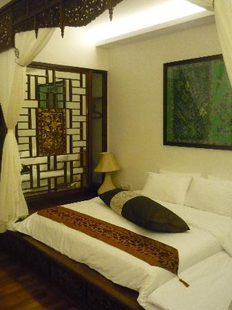 Courtyard @ Heeren Boutique Hotel: Our 1st room with platform bed