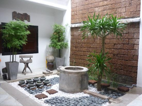 Courtyard @ Heeren Boutique Hotel: airwell in common area
