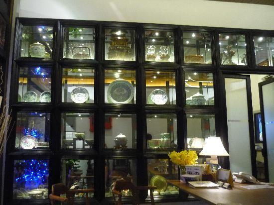 Courtyard @ Heeren Boutique Hotel: Reception area showcasing the owner's collection of Peranakan objects