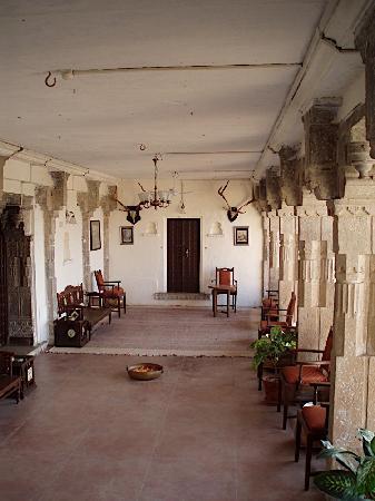 Bhainsrorgarh Fort Hotel : Corridor outside bedroom