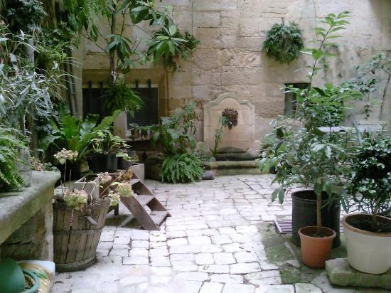 L'Albiousse : Hotel Patio Charming