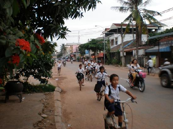 Seven Candles Guest House: The Wat Bo location makes you feel like a local and every afternoon all the kids biking home fro