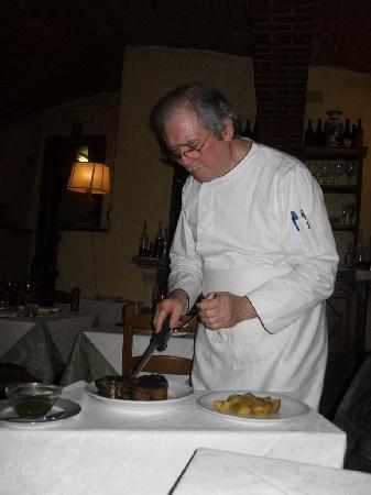 Restaurant La Pentola Dell'Oro: Giuseppe carving our Bistecca