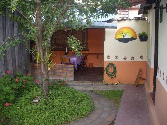 Ganesha Posada : giardino e sala relax