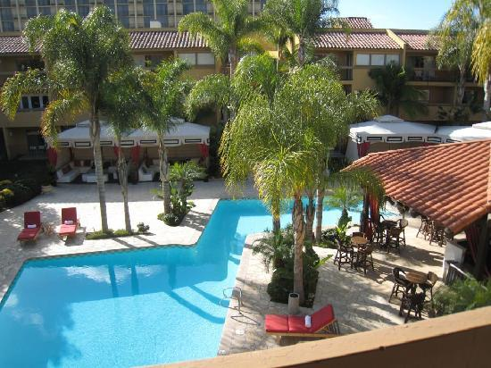 Atrium Hotel at Orange County Airport: View from the balcony - very relaxing
