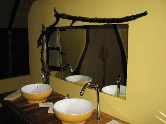 Kikoti Safari Camp: Twin wash bowls in bathroom.