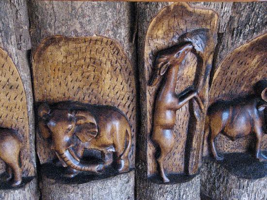 Kikoti Safari Camp: Carvings in the lounge