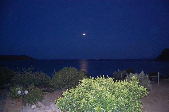 Gialos Village Beach Apartments: Gialos village by night