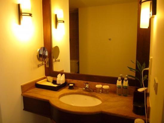Angkor Palace Resort & Spa: Angkor Palace resort and Spa - The bathroom is huge