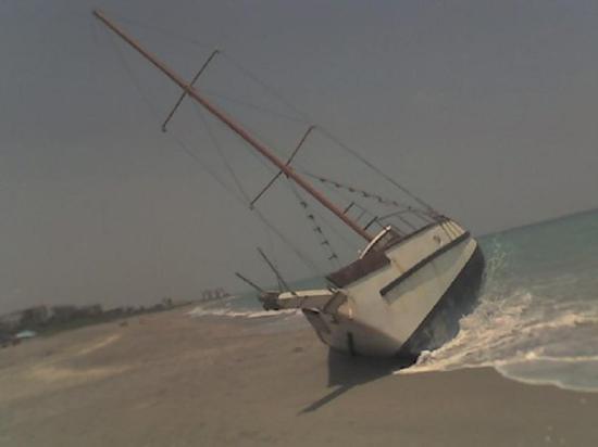 จูโนบีช, ฟลอริด้า: Boat at Juno Beach, just North of Palm Beach Gardens, FL.  05/01/2007