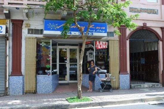 Caguas, Пуэрто-Рико: Standing in front of what used to be Winston's Copy Shop... my dad's first job!