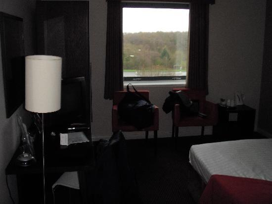 โรงแรมอินเตอร์เนชั่นนั่ลโฮเต็ลเทลฟอร์ด: Bedroom (with the Ronnie's book on the table...)
