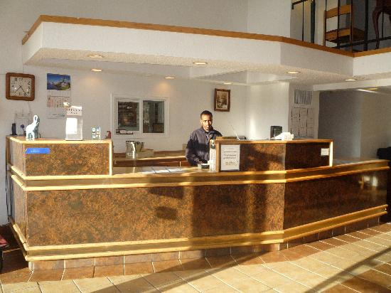 SeaTac Crest Motor Inn: Reception Area