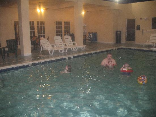 Comfort Suites: Pool and pool area were clean.
