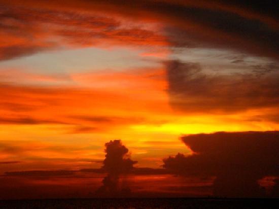 Camiguin Action Geckos Dive & Adventure Resort: Sunset on the Beach