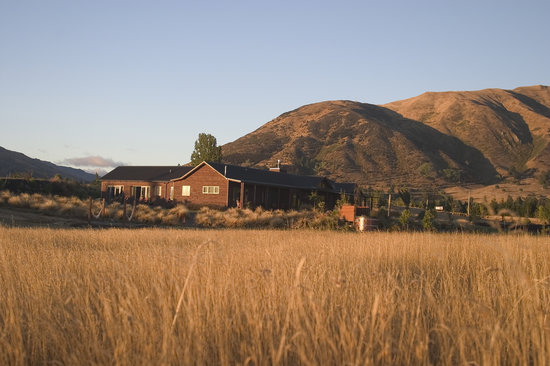 Mountain Range Boutique Lodge: The lodge in the morning sun