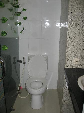Wirton Dago Hotel: the bathroom