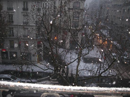 Holiday Inn Paris Gare de Lyon Bastille : snow view from my room window
