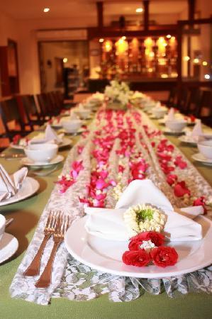 Baramie Residence: dinner table