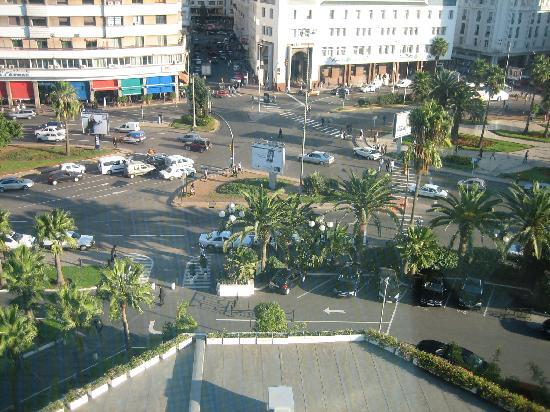 Hyatt Regency Casablanca : Noisy Place des Nations Unies - the centre of a noisy city