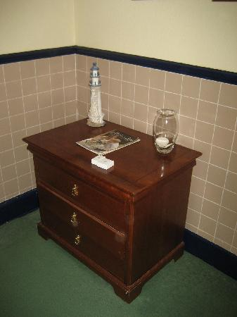 Stuart House Hotel: Chest of drawers in en-suite bathroom.