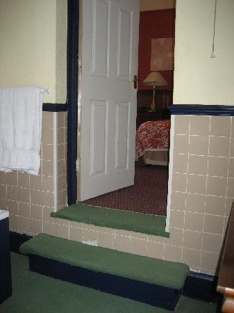 Stuart House Hotel: Steps from bathroom up into bedroom.
