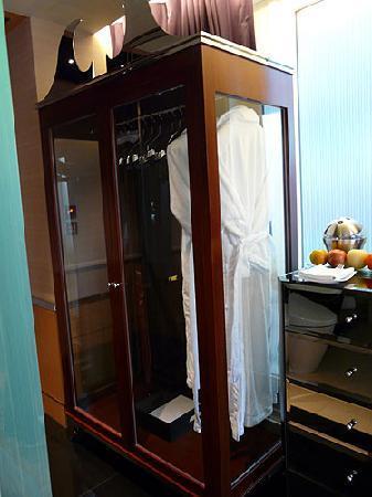 Hotel Eclat Taipei: Grand Deluxe Room Wardrobe.