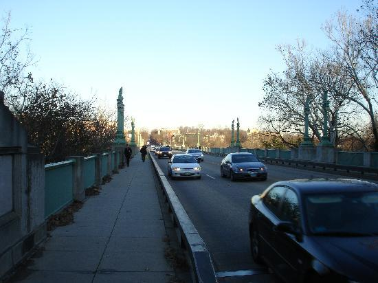 Windsor Park Hotel: bridge crossing to the metro station