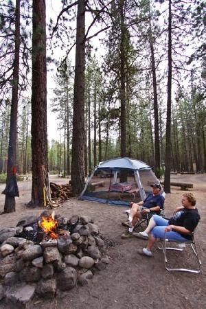 Hat Creek Resort & RV Park: Enjoying the campfire