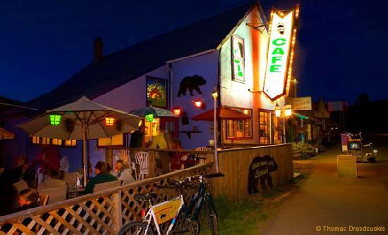 Bear's Paw Cafe: 'The Paw' on a summer night