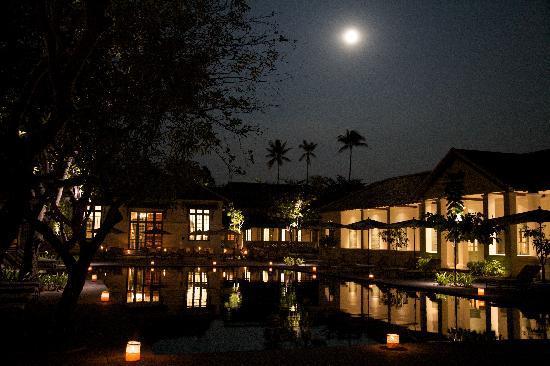 Hotel Amantaka: The pool area under a full moon