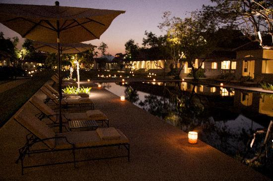 Hotel Amantaka: Night time around the pool